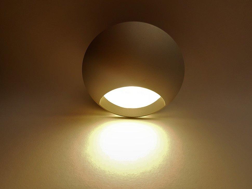 Белый светильник для подсветки лестницы