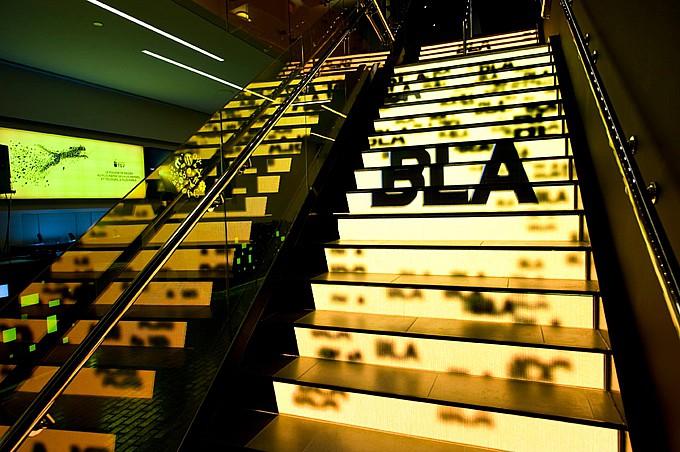 Мультимедиа лестница с видеорекламой
