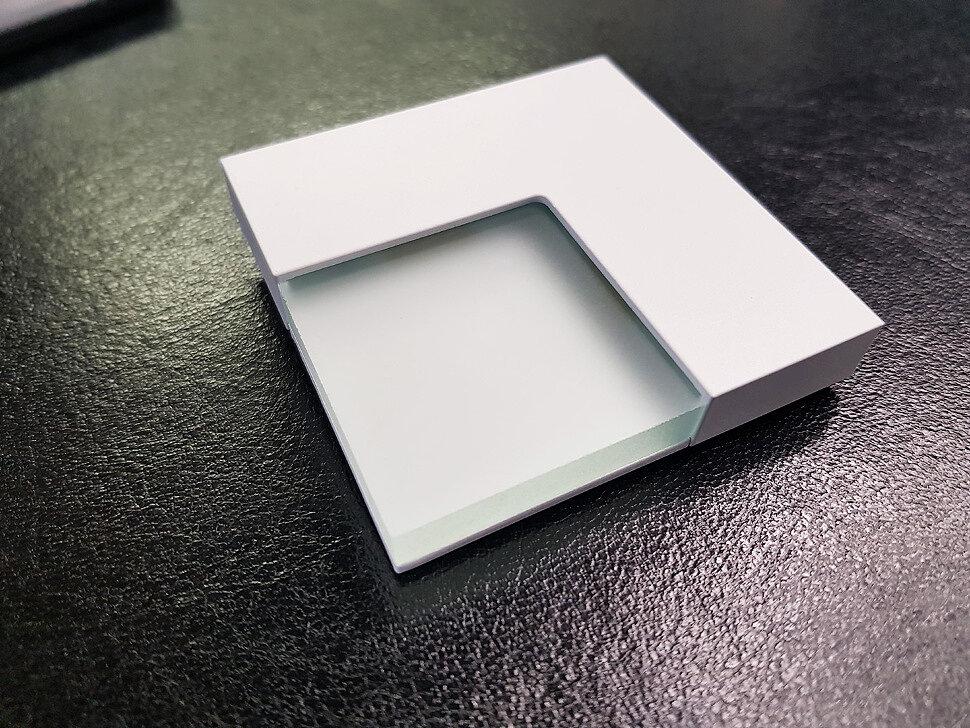 Белый светильник на стену для лестницы